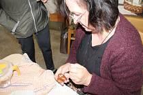 Dana Holmanová  vystavuje své perníčky v bělohradském památníku, v sobotu zde předávala veřejnosti i své zkušenosti.