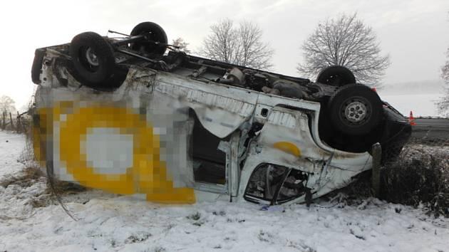 Při nehodě nákladního automobilu a dodávky v Kovači zasahovaly dvě jednotky hasičů. Foto: HZS HK