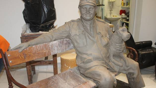 V ateliéru Alberta Králíčka vzniká socha Švejka.