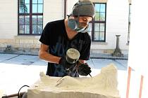 Ruslan z Ukrajiny sochá svoji maturitní práci v hořické kamenické a sochařské škole. V říjnu nastupuje na akademii do Prahy