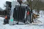 Policisté zasahovali ve středu v Lázních Bělohradě u nehody nákladního auta, které se převrátilo na bok i s naloženým dřevem.