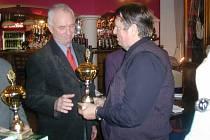 Předseda OVV ČSTV František Vitoch (vpravo) předal ocenění Františku Bezuchovi.