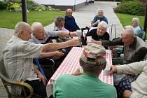 Jednohubková kavárna v mlázovickém domově důchodců.