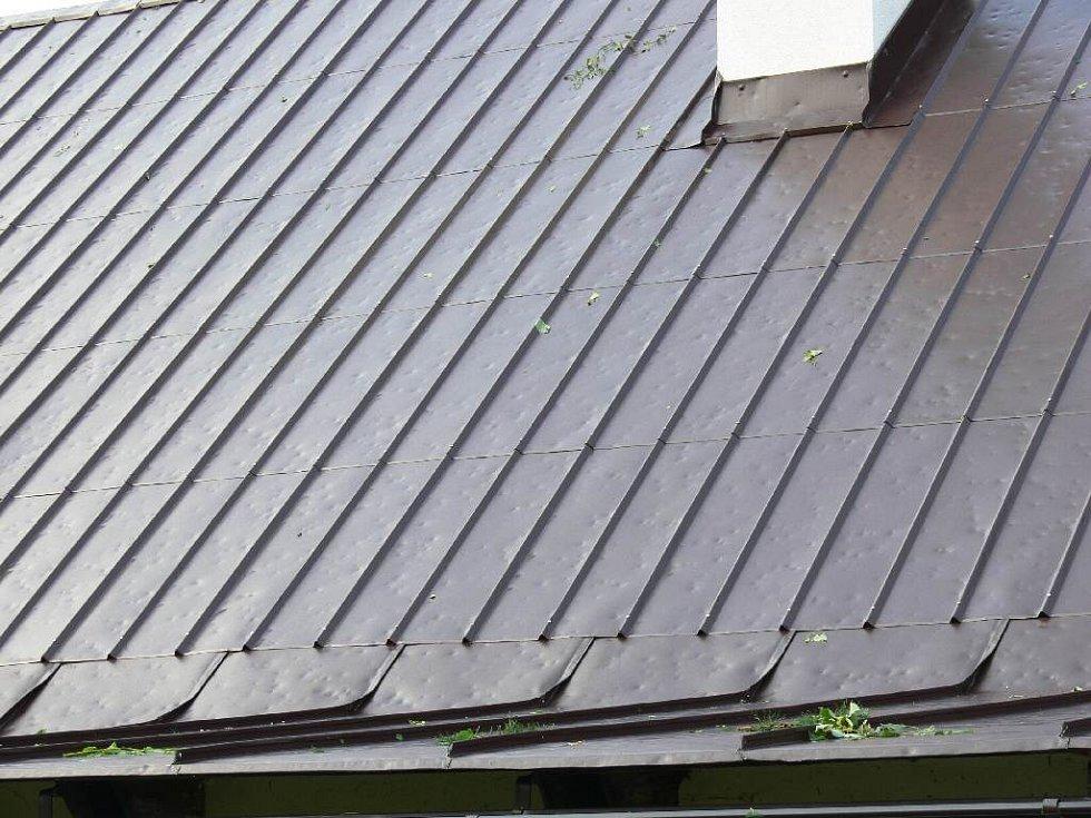 Střecha poničená kroupami.