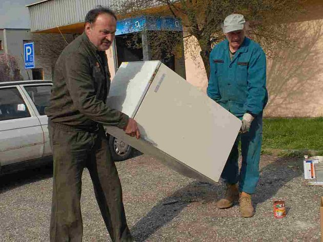 Pracovníci Technických služeb svezli z města odpad.