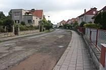 Současný stav silnice v ulici Jaselská je již opravdu tristní.