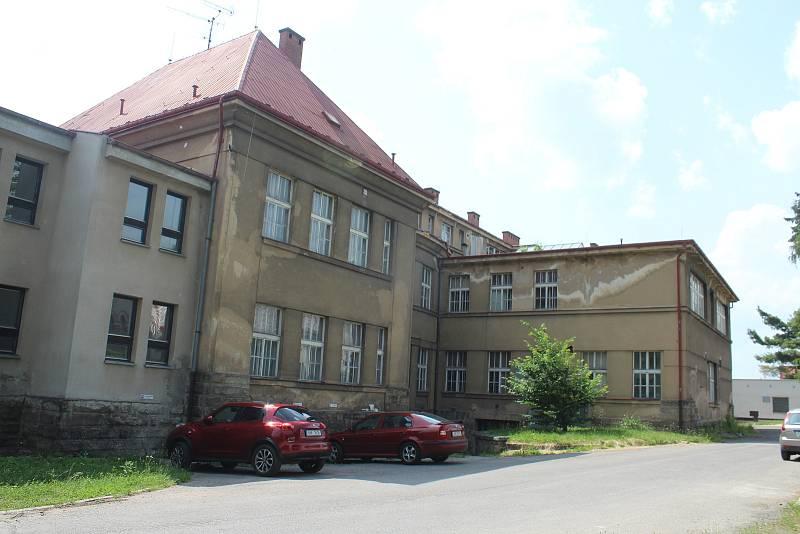 Ještě na začátku léta vypadala budova tak, jak ji Jičíňáci důvěrně znají.