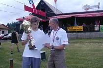 Vítěz hlavní kategorie mužů Zdeněk Hnilo měl z poháru na 33. ročníku radost, blahopřát mu přišli i veteráni.