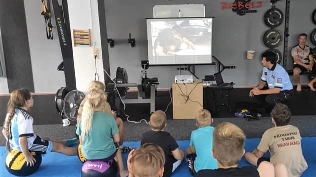 Děti se na táboře v Hořicích učí bránit