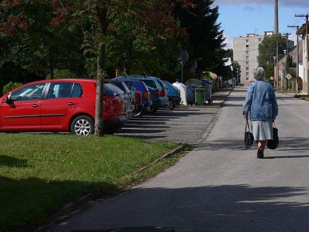 Nebezpečný úsek u Základní školy v Husitské ulici v Nové Pace bude ohraničen zábradlím.