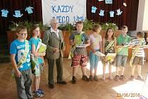 Závěr školního roku v Běcharech s rodákem Karlem Šoltysem.