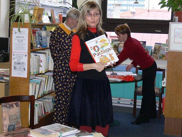 Spisovatelka Ivona Březinová v jičínské knihovně.