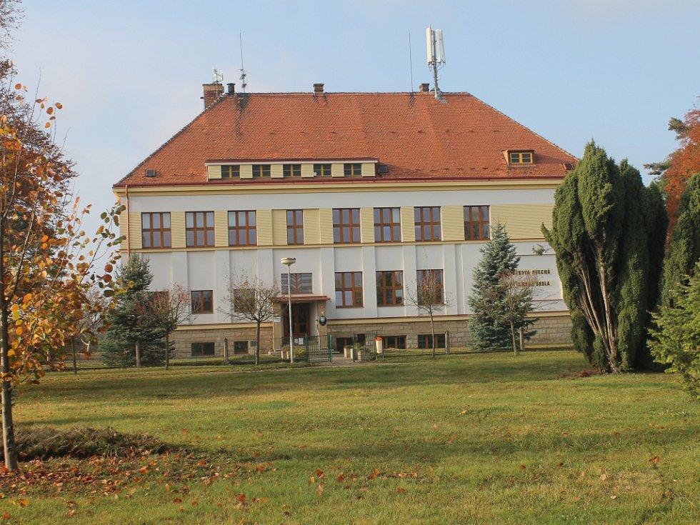 Základní škola v Chomuticích.