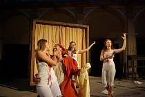 Ochotníci hru Stará historie již několikrát hráli v Jičíně na zámku. Teď s ní vyjíždějí do Železnice.