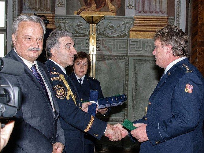 Vyznamenání hasičů v Trojském zámku.