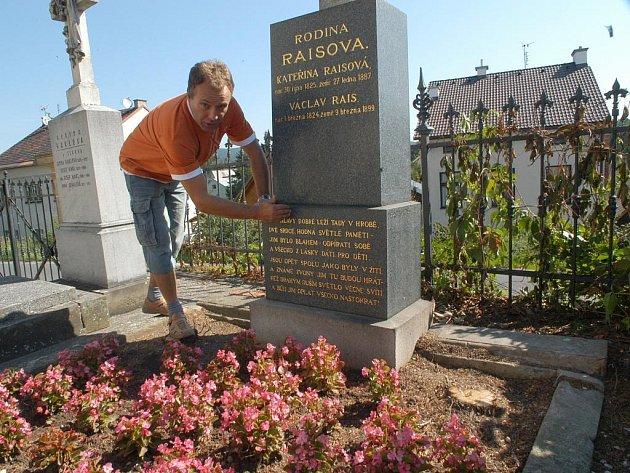 Hrob rodičů Karla Václava Raise na bělohradském hřbitově.