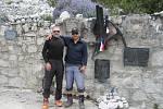 Češti horolezci u památníku československé výpravy, která zde pod Huascaránem zahynula v roce 1970. Nachází se u jezera Llanganuco v Peru