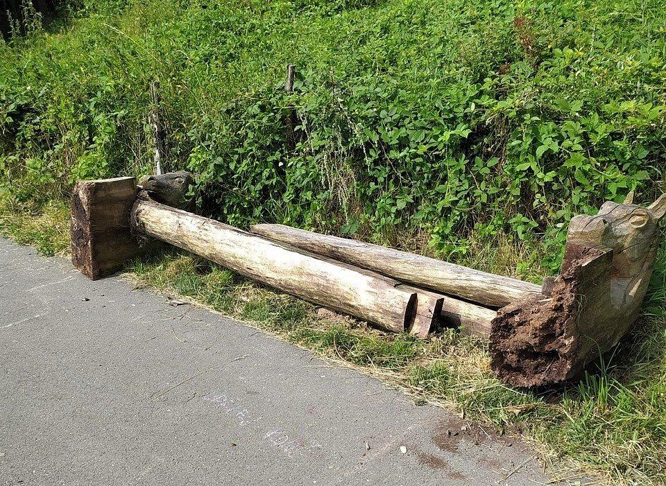 Vandal v Hořicích brutálně poničil cyklostezku. Město prosí o pomoc při pátrání