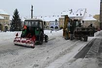 Úklid sněhu v centru Jičína.