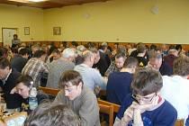 DO LUŽAN každoročně poslední den v roce míří mladí, starší, hubení, tlustí, vlasatí i holohlaví. V sobotu se na 34. ročníku představilo v klubovně obecního úřadu 96 šachistů.