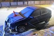 Jízda na sněhu vyšla draho! Vozidlo narazilo do zděného oplocení domu