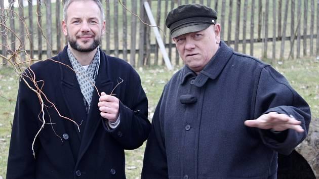 Josef Pepson Snětivý (vlevo) a Otomar Dvořák u miletínské studánky Na Koši.  F