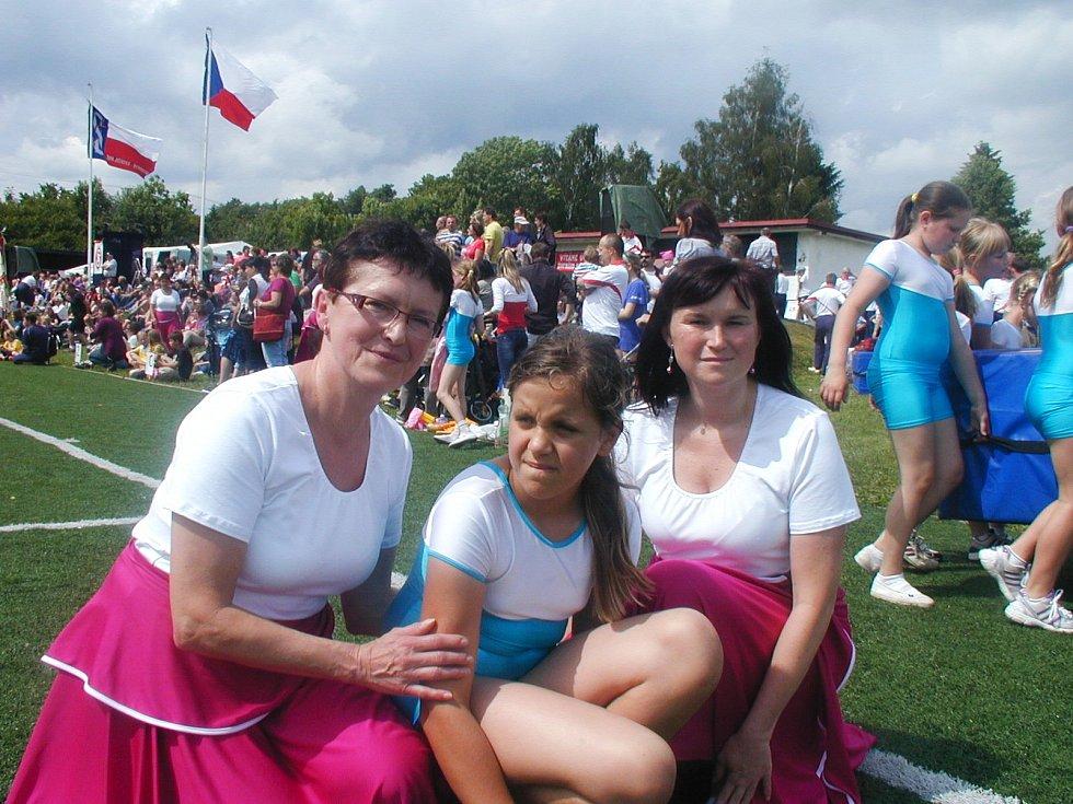 NA ÚSPĚŠNÉM ŽUPNÍM SLETU nechyběly Stanislava Václavíková (vlevo)  s dcerou Michaelou Patolánovou a vnučkou Karolinkou (uprostřed). Všechny poctivě nacvičovaly.