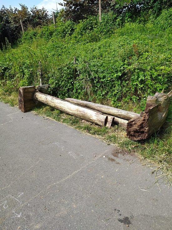 O víkendu dosud neznámí pachatelé poničili okolí cyklostezky u Lomu sv. Josefa.