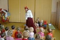 Studentky zahrály divadlo dětem v hořické MŠ Pod Lipou.