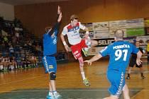 HÁZENKÁŘI Jičína porazili Litovel 25:19. Na snímku u míče nejlepší hráč utkání Ondřej Šulc.