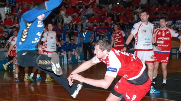 Lovosickou obranou se probíjí Michal Naimannn.