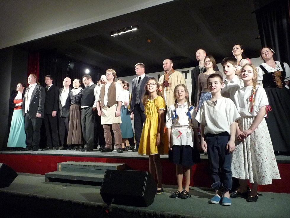 Představení jičínských ochotníků hry Naši furianti.