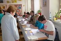 Zahájení voleb v Jičíně, volební místnosti v budově 2. ZŠ.