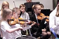 Muzikálový symfonický orchestr, sestavený právě pro Elišku Kateřinu Smiřickou, se představil při Aprílovém koncertu čtyřmi skladbami, které v díle zazní.