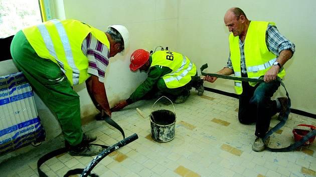 Pracovníci stavební firmy Jiří Netík (zleva), Jaroslaw Zyzak a Jan Walczav při pokládce dilatační pásky v budově kopidlenské školy.