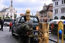 Jan Kužel řeže sochy pro novopackou mateřskou školu.