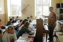 Profesorka Alena Lelková při hodině hudební výchovy v primě.