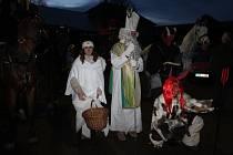Tradici mikulášské nadílky neohrozil ani covid, v Lužanech na Jičínsku se čerti dokonce proháněli po vesnici na koních, dětem pro radost.