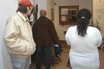 Klienti sociálního odboru před pokladnou na jičínské radnici.