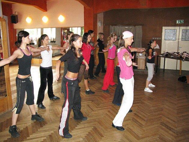 Nácvik programu na soutěž Dívka roku 2008.