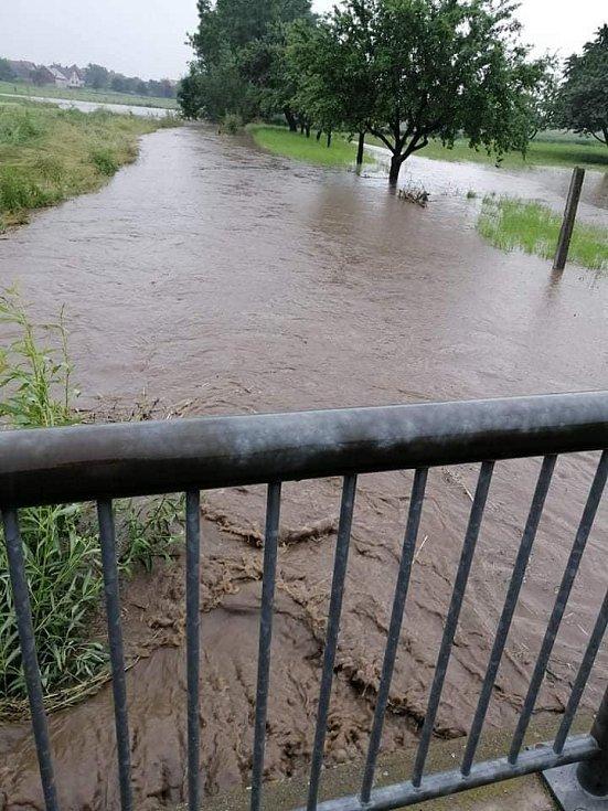 V Dobré Vodě se rozvášnil potok, obec zasáhla přívalová vlna.