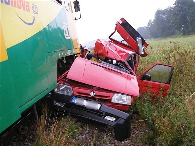 Ve středu 24. září došlo k tragickému střetu vlaku a osobního automobilu u Domoslavic na Jičínsku. Třiapadesátiletá řidička favoritu zůstala zaklíněna v autě a její resuscitace nebyla úspěšná, žena svým zraněním podlehla. Cestující ve vlaku nebyli zraněni