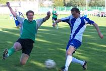 Obránce jan Švorc (vlevo) odebírá míč Vladimíru Kalendovi.