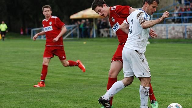 Rozhodla jediná trefa. Duel 1. A třídy Sobotka – Třebeš skončil vítězstvím favorizovaných hostů 1:0. Na snímku v souboji s hráčem Třebše domácí kapitán Halbych.