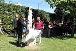 SOCHU, která se nachází v parku hořické nemocnice, odhalili starosta Ivan Doležal  (vlevo) a ředitel zařízení Petr Adámek.