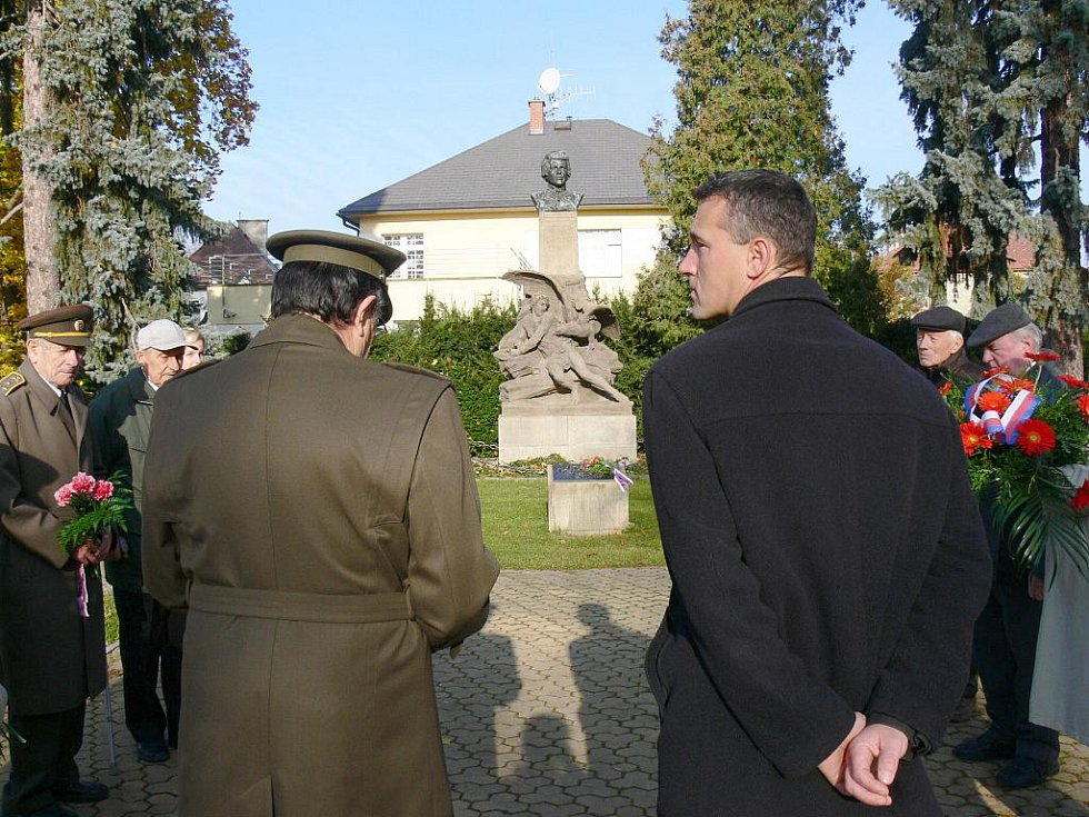 Oslavy státního svátku u jičínského Havlíčkova pomníku.