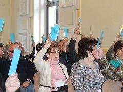 Z valné hromady sokolů s hlasováním o prodeji části Masarykova divadla.