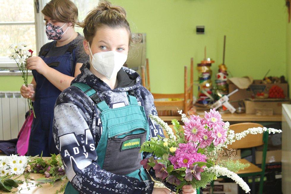 Studenti z Kopidlna v těchto dnech vážou květiny pro maminky.