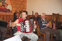 Srazilka hraje v samšinské restauraci.