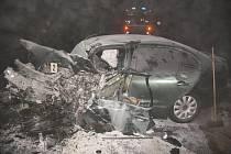 Na obchvatu Jičína došlo 20. ledna k tragické dopravní nehodě. Při střetu seatu s přívěsem nákladního automobilu na místě zahynul dvacetiletý mladík, jeho spolujezdec byl těžce zraněn. Škoda činí 200 tisíc korun.